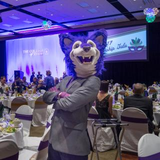 Coyote mascot at a dinner