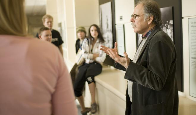 C of I journalism professor Alan Minskoff speaks with students.